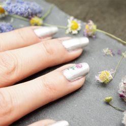 Nail art printemps 2017 : petite fleur rose sur vernis chrome