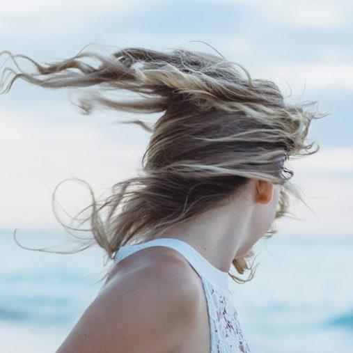 Cheveux Wavy : nattes, crayons et sock bun pour onduler ses cheveux naturellement