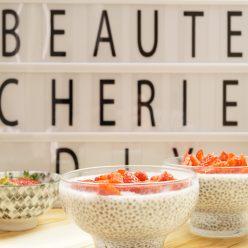 Pudding graines de chia, lait d'amande et fraises, recette healthy et bien-être