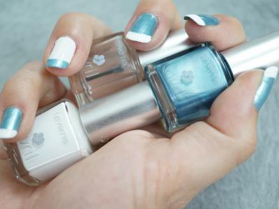 Nail art bleu et blanc - french manucure inversée