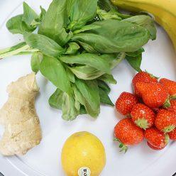 jus healthy de l'été : banane, fraises, citron, gingembre, basilic !