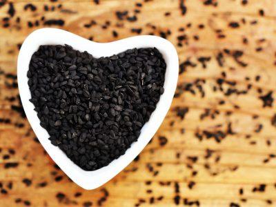 L'huile de nigelle : véritable trésor pour les peaux à problèmes