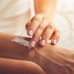 Raffermir la peau du corps avec des produits et cosmétiques naturels