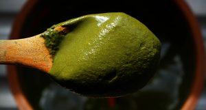 Henné et poudres colorantes : choisir la bonne teinte pour sa coloration naturelle