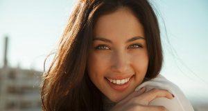 Cheveux ternes : conseils et astuces naturelles pour raviver leur éclat