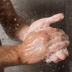 Hommes : faut-il privilégier le bain ou la douche après le sport ?